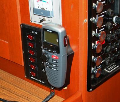 GHS 20I/GWH har ett permanent fäste för laddning. Det är dock monterat nere i båten. Det inbyggda batteriet räcker länge. Hur länge har vi inte koll på, men det finns en batteriindikator som säger till när det är dags för laddning.