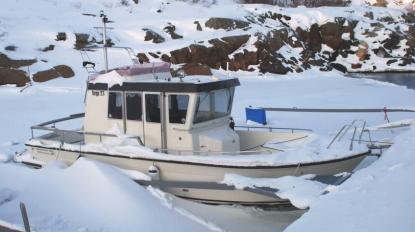 Av bilden att döma har ägaren till denna Targa värme i båten. Vatten kan skymtas runt skrovet.Om värmaren fungerat hela vintern är det troligt att ägaren kan startamotorn och köra iväg när isen gått. Dock bör man vara extra uppmärksam nu på våren. Det kan finnas dålda frostsprängningar i både motor och genomföringar.