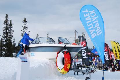 Nej, bilden är inte fotoshopad. Båten står i Sälens skidbacke i syfte att väcka intresse för båtlivet. Kanske är båten i snön också ytterligare ett tecken på den vår som inte riktigt vill infinna sig?