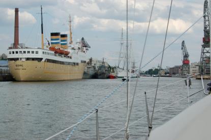 Fartygen på bilden ingår i Sjöfartsmusetets samlingar och får besökas. Närmast i bild är Bore II.
