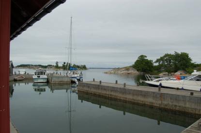 I Berghamn förtöjer man med fördel i den norra kajen på ostsidan.