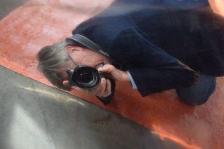 Botten är blankpolerad som en spegel. Jag fotograferar mot båtens undervattenskropp.