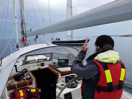En båt såg vi under dagen och den var vi tvugna att göra en undanmanöver för. Platsen är norra Åland.
