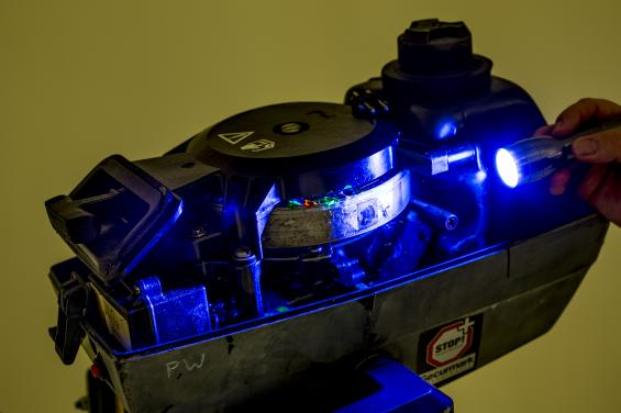 Dold färgmärkning som syns med UV-ljus i kombination med gravyr är riktigt bra märkning.