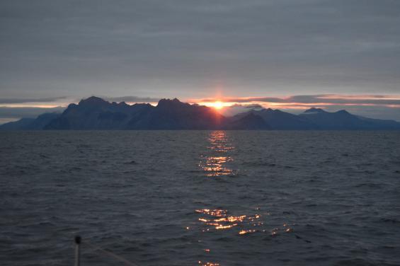För mig, Lars Nyström och Lennart Rutgersson var det stort att närma sig Island på egen köl.Glaciären är Vatnajökull.