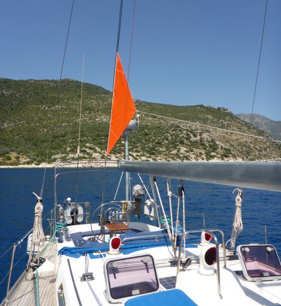 Ett ankarsegel trycker ned aktern och båten ligger bättre i vindögat vid svajankring.