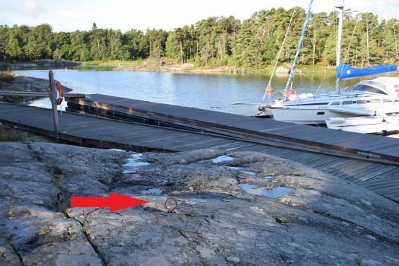 Även i Finland gör landhöjningen sitt och båtarna blir större. Här vid Porkala fanns först öglor i berget för förtöjning. När det blev för grunt vid klippan gjordes en brygga utmed den. När det blev för grunt för båtarna lades det pontonbryggor utanför klippan. Allt för att vi båtägare ska kunna fortsätta att njuta avnaturhamnarna.