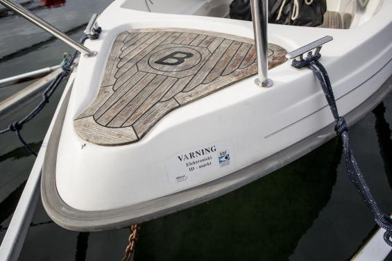 Enkel märkning, som här i stäven, är långt bättre än ingen märkning alls. Notera att båten är fastlåst med kätting.