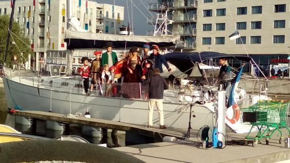 Ett gäng sjörövare ombord på en 50-fotare låg bredvid oss i Tallinns gästhamn.