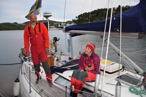 I Farsund träffade vi Tobias Törnebohm och hans besättning. Tobias har skrivit boken Artisk feber efter att ha seglat till Svalbard med sin båt Bölja. Det inger respekt! Det är Tobias bok som inspirerat Kristina och mig att göra sommarens segling. Till höger Ligia Godymirska. Med ombord är också Anders Enbom och Gunnar Blomkvist.