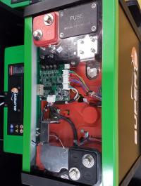Batteriet med inbyggd elektronik sedd från ovan.