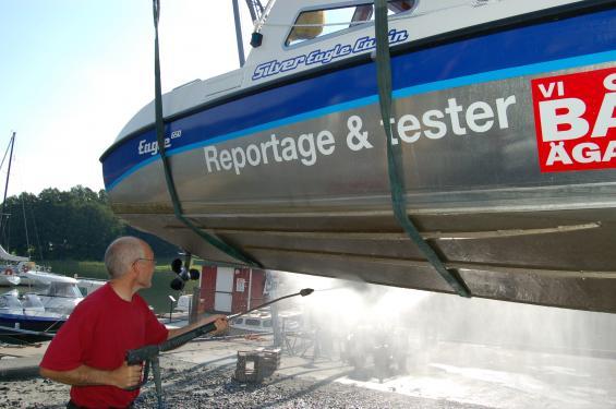 Min före detta reportagebåt bottenmålades aldrig. Ett effektivt sätt att göra botten ren var att köra en kort sträcka i is. En gång per säsong tvättades botten med högtryckstvätt. Före och efter tvätt kunde det skilja närmare 5 knop i fart på högsta varvtal.
