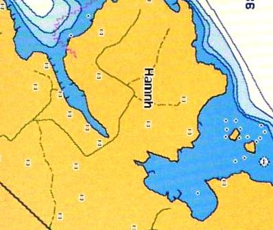 Bilden är från en Garmin-navigator och sjökortsbilden är BlueChart. BlueChart använder S57-underlag från Sjöfartsverket. Sjökortsbilden överensstämmer väl med verkligheten.
