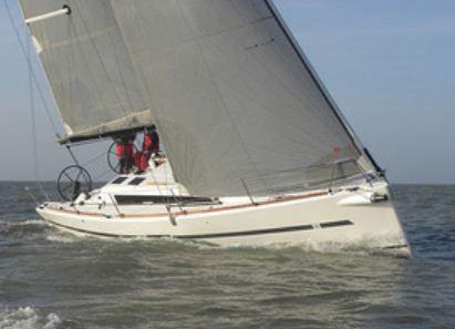 Dufour 36 Performance, modern seglare med rak stäv, bred akter och dubbla rattar