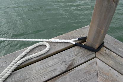 Storm elastiska förtöjningslina har inbyggt nötskydd i det färdigsplitsade ögat. Linan är treslagen och 12 mm i diameter. Till vänster syns den gamla förtöjningslinan som är tung och otymplig att hantera.