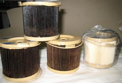 Bränslefiltren var svarta. Till höger är ett nytt filter.