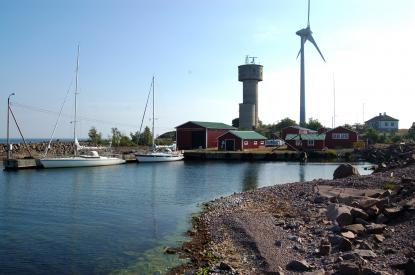 Hamnen Lilla Båtskär vid Nyhamn på Åland är rymlig och erbjuder gott skydd.