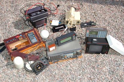 Delar av vår gamla elektronik. På bilden saknas gamla radarn, tre vindinstrument och logg. All information somnavigationsinstrumenten tidigare visade ser vi nu på Seacross 15 tums bildskärm. Gäller dock inte vår VHF som du kan läsa om i artikeln nedan.