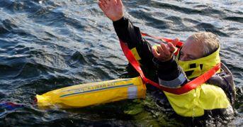 Den som ligger i vattnet trär lyftslingan över huvudet och armarna. merd en låsring säkras lyftselen. Momenten bör övas under lugna badförhållanden.