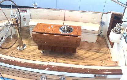 Notera sittbrunnen på Eagle 44 (dagseglaren från bilden ovan). Väldigt elegant, men passar nog bäst när båten ligger på svaj i någon vik.Jorå, det finns en lite kapp med toalett och ett par kojer förut.