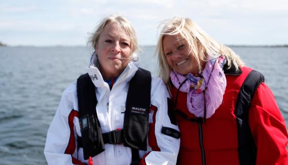 Lena Falk och Eva Tingvall har tråkiga erfarenheter av grynnan utanför Risö. Nu står där en ostprick tack vare deras deltagande i tävlingen Ökända grund.
