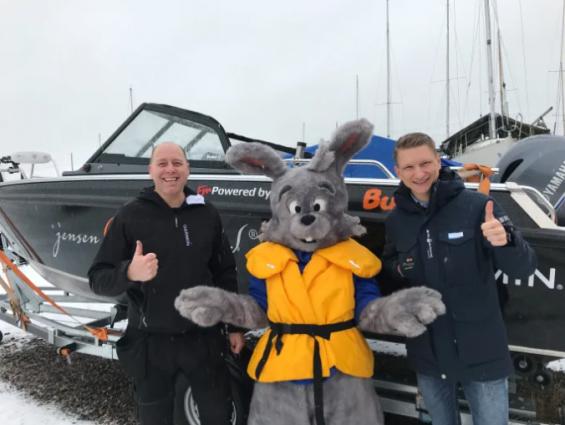 Edmund Jensen (t.v.) och Jacob Ryder (t.h.). Jensen & Englund arrangerar båtutställning med drive-in. Maskoten Hugo kommer också att vara på plats.