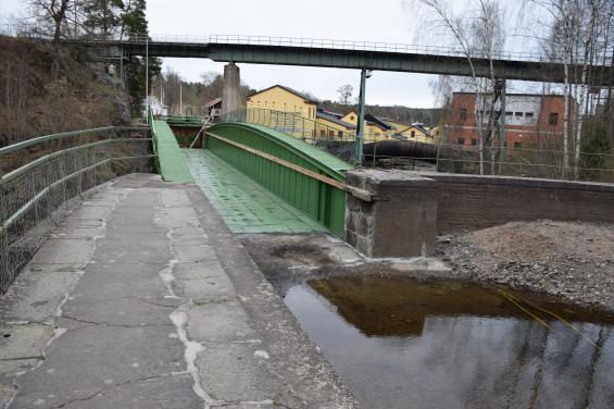 Byn Håverud korsas av akvedukt, järnvägs- och landsvägsbro. Under vintern har akvedukten renoverats och målats.