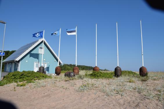 Hamnkontoret. Flaggstångshållarna är gjorda av gamla minor.