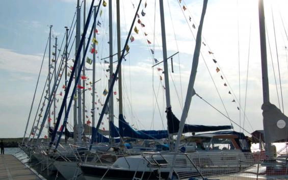 Signalflaggor över topp är också stor flaggning. Flaggspelet sitter i aktern på båten.
