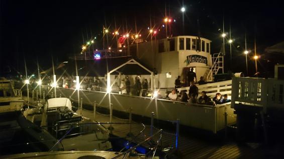 Nagu gästhamn bjuder på ett ganska torftigt nattliv. Berusade ungdomar hållerrestaurangbåtens barförsäljning vid liv.