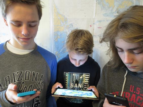 Enligt Svedeas båtlivsundersökning föredrar allt fler yngre att navigera med hjälp av telefonen och vänder ryggen till papperssjökortet.