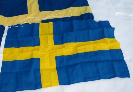 Den stora nedreflaggan är rätt svensk flagga och har de rätta färgerna. Den övre mörkareär köpt i båttillbehörsbutiken och förmodligen sydd i Asien.