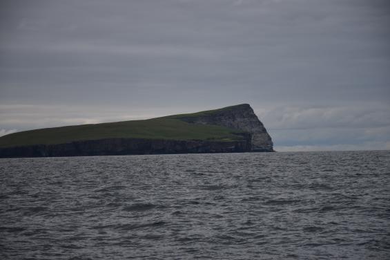 Det har börjat skymma, men den berömda klippan Bard Head är lika mäktig för det.