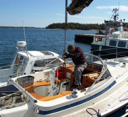Kopplat och klart för lyft. Inga svallvågor från andra båtar i sikte.