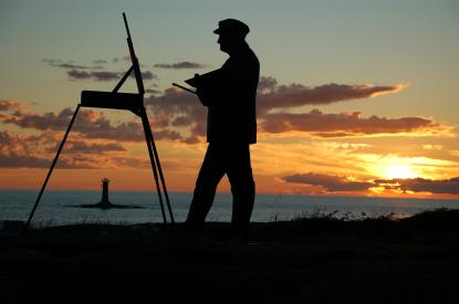 På bergets topp står alltjämt en konstnär och målar. Under staffliet syns Marhällans fyr.