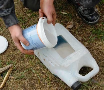 Mikroballonger tillsätts och gör plasten till ett spackel.