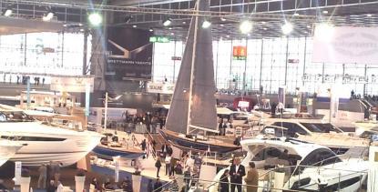 Segelbåten i mitten ärdagseglaren Eagle 44 på lika många fot. Här omgiven av ännu större motorbåtar.