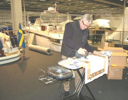 Nimbus marknadschef Hans Walkenström står här och stryker örngott till en av de 7 båtarna som ställs ut. Tre Paragon och fyra Nimbus visas.