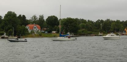 Max Mohammar från Promarina i Furusund bogserar de två haveristerna med ribbåten till hamn. Max Mohammar gjorde en förnämlig insats som undsatte de två båtarna samtidigt!