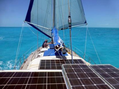 Dubbla försegel och gott om solpaneler gör livet ombord bekvämare.