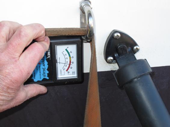 Om trimplanens kolvar monteras utan tätning i skruvhålen tränger det in fukt i akterspegeln. Det upptäcker besiktningsmannen med sin fuktmätare som här visar rött.