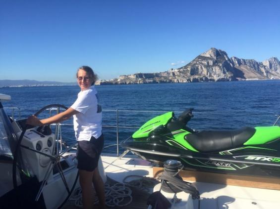 Lucina Dahlberg till rors. I bakgrunden syns Gibraltar. Notera vattenskotern på däck.