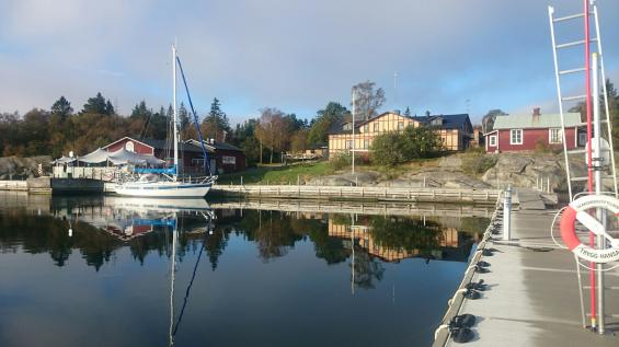 Vacker tisdagmorgon vid Fejan. Notera den nya pontonbrygga som lagts ut i år. Borta är bojarna, man förtöjer med \