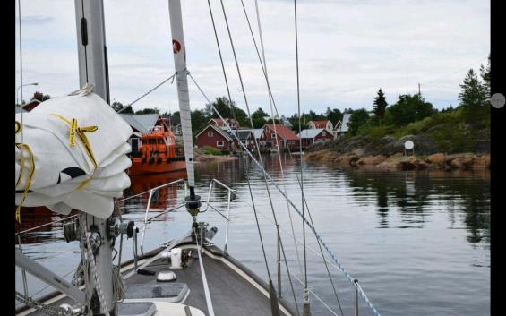 På väg in och ut ur hamnen gäller det att gå mitt i nålsögat. Det gäller att hålla rak kurs och inte göra några girar här.