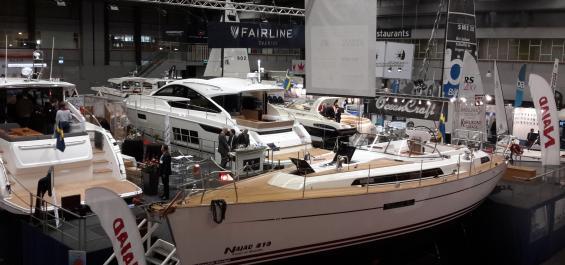 Najad 410 är mässans enda bobara segelbåt. Övriga företag i Sverige som säljer segelbåtar bojkottar Göteborgs Båtmässa och Stockholms Allt för sjön. Kartellen satsar enbart på de flytande båtmässorna.