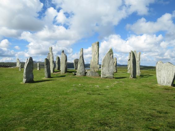 Callanish Stones, en avlång stensättning med en cirkel i mitten från bronsåldern på ön Lewis vid yttre Hebriderna. Det är inte självklart varför de finns, men rituella aktiviteter lär ska ha förekommit. Från staden Stornoway går det lokalbuss till platsen.