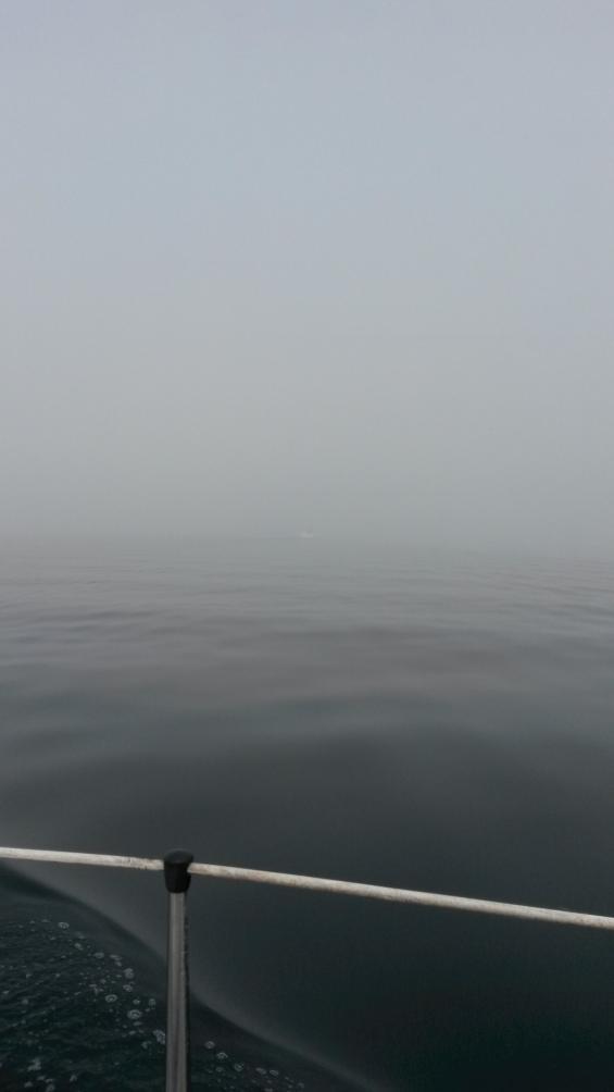 I mitten syns aktern på den mötande segelbåten.