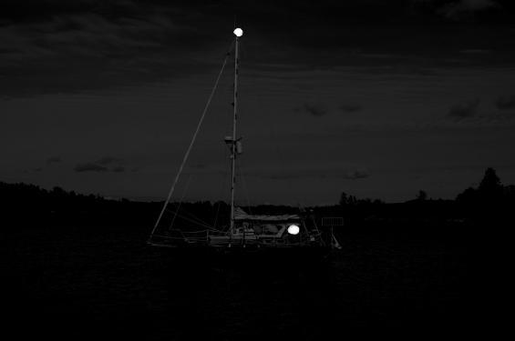 Den som ligger på svaj i mörka natten bör förstärka ankarlanternan. Gärna med ett extraljus i sittbrunnen eller istyrhytten som syns horisonten runt.
