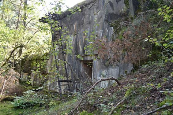 Rester av öns gamla ammunitionsfabrik.