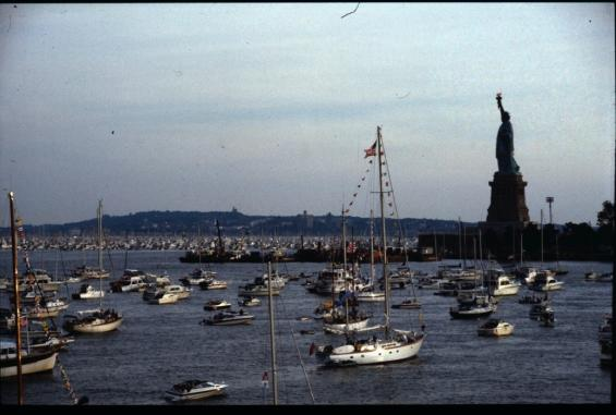 """Det är inte alltid det är lika trångt som under 100-årsjubileumet av Frihetsgudinnans """"födelse"""" i New York 1986. Jag var inbjuden till en väns båt och var nästan tacksam att inte ha ansvaret i villervallan som rådde på ankarplatsen, ett område som normalt är tomt på ankrade båtar."""